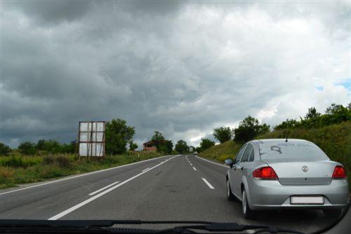 Kur shoferi qarkullon në rrugë për komunikacion të automjeteve në të dyja kahet, ku ekzistojnë tri korsi (si në fotografinë), ai me automjetin:
