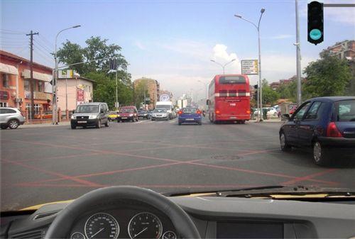 Kur me shenjë ndriçuese të komunikacionit është i lejuar kalimi në udhëkryq, të treguar si në fotografi, unë me automjetin: