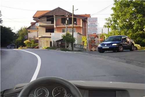 Sipas situatës së treguar në fotografi kur hasni në automjet, i cili del nga parkimi me qëllim që të kyçet në komunikacion, në rrugën nëpër të cilën qarkulloni, jeni të obliguar: