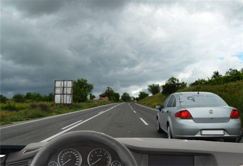 Kur me automjetin lëvizni në rrugë për komunikacion të automjeteve në dy kahe, në të cilën ekzistojnë tri korsi (si në fotografi), në këtë pjesë të rrugës: