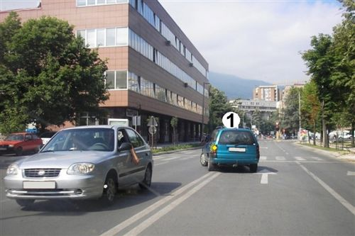 Sipas situatës së treguar në fotografi, shoferi i automjetit të shënuar me numër 1, bën kthimin në të majtë: