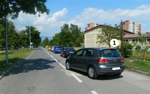 Shoferi i veturës me Nr. 1, i cili lëviz pas kolonës së automjeteve, sipas situatës si në fotografi:
