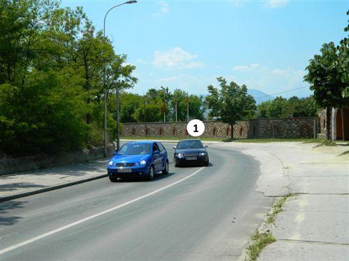 Sipas situatës si në fotografi automjeti me Nr. 1 bën parakalim: