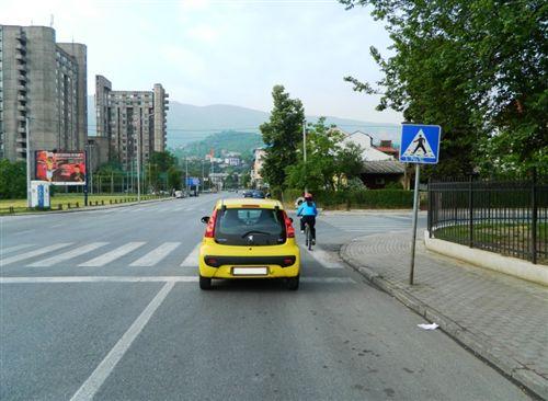 Vetura, e treguar në fotografi, bën parakalimin e biçiklistit: