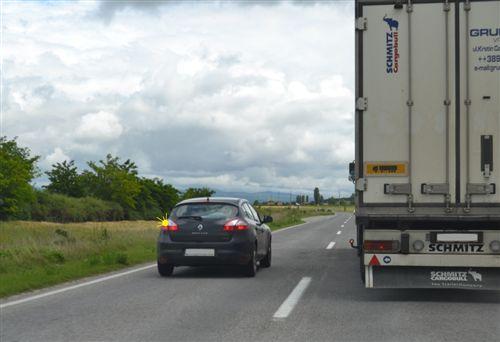 Shoferi i veturës së treguar në fotografi, në këtë pjesë të rrugës, të dedikuar për komunikacion të automjeteve në të dy kahet, bën parakalimin: