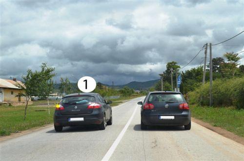 Shoferi i automjetit të shënuar me numër 1, në këtë pjesë të rrugës, të dedikuar për komunikacion të automjeteve në të dy anët (si në fotografinë), bën parakalim: