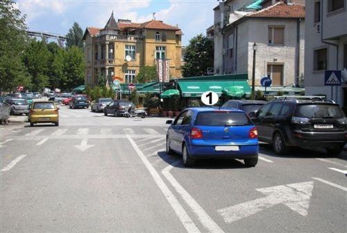 Sipas situatës së treguar në fotografi, shoferi i automjetit të shënuar me numër 1 në udhëkryq:
