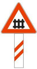 Косите линии поставени под сообраќајниот знак означуваат: