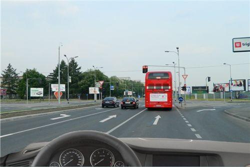 Sipas situatës së treguar në fotografi dhe pozitës së marrë me automjetin para udhëkryqit, guxoni të lëvizni me automjetin: