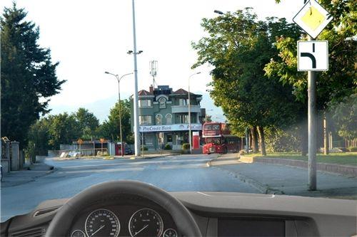 Sipas situatës së treguar në fotografi, nëse me automjetin keni për qëllim të vazhdoni në kahen majtas: