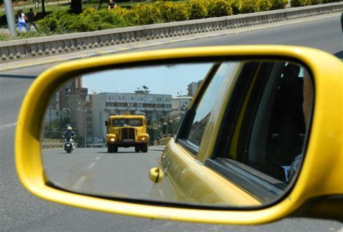 Sipas pozitës së automjeteve, që i ka vërejtur në pasqyrën e tij të majtë anësore të treguar në fotografi, shoferi: