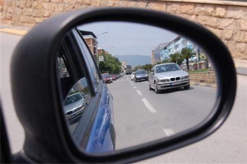 Sipas pozitës së automjeteve, që i ka vërejtur në pasqyrën e tij të djathtë anësore të treguar në fotografi, shoferi: