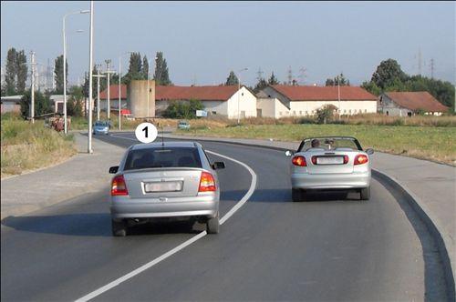 Në një pjesë të rrugës të dedikuar për komunikacion të automjeteve në dy kahe, shoferi i veturës së shënuar me numër 1, të treguar në fotografi:
