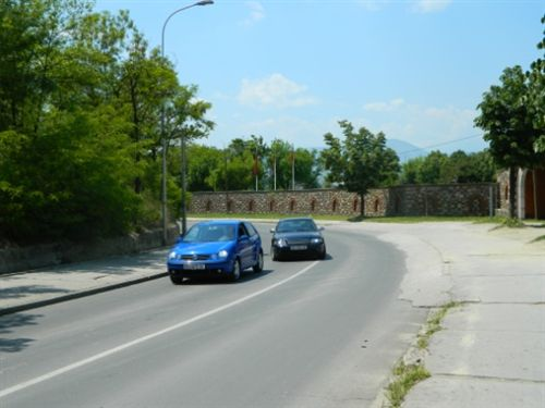 Në një pjesë të rrugës automobilistike, në të cilën komunikacioni zhvillohet në dy kahe, shoferi nuk guxon të bëjë parakalim: