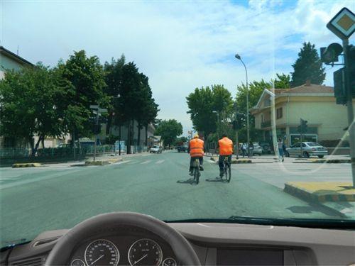 Sipas situatës së paraqitur në fotografi, biçiklistët lëvizin: