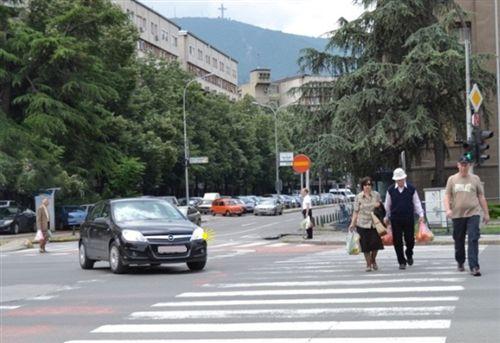 Shoferi i veturës, i cili kthen në rrugë anësore (si në fotografinë), është i obliguar: