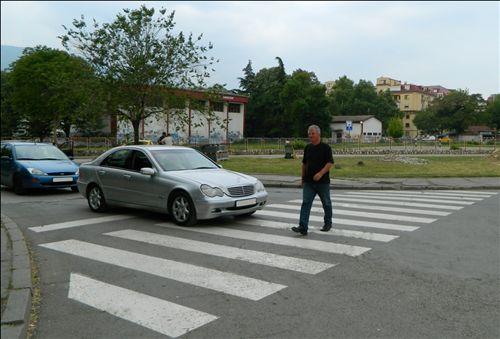 Sipas situatës si në fotografi, shoferi i veturës: