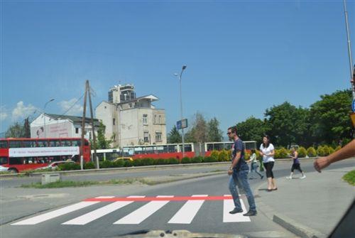 Shoferi i automjetit, kur afrohet kah vendkalimi i shënuar për këmbësorë (si në fotografinë), është i obliguar: