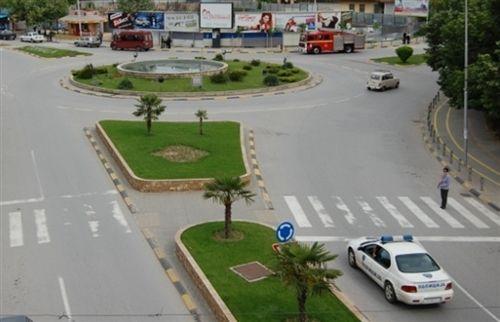 Sipas situatës së treguar në fotografi, shoferi i automjetit të policisë i cili afrohet kah vendkalimi i shënuar i këmbësorëve: