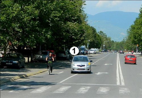 Automjeti me numër 1 i treguar në fotografi, që të vazhdojë lëvizjën në kahen majtas, para udhëkryqit bën rreshtimin: