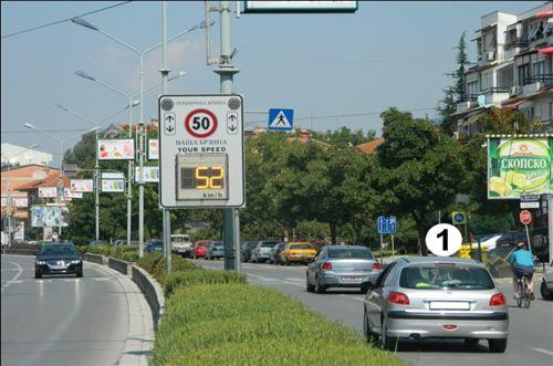 Në rrugë publike në vend banim, shoferi i automjetit të shënuar me numër 1 (si në fotografinë), lëvizë: