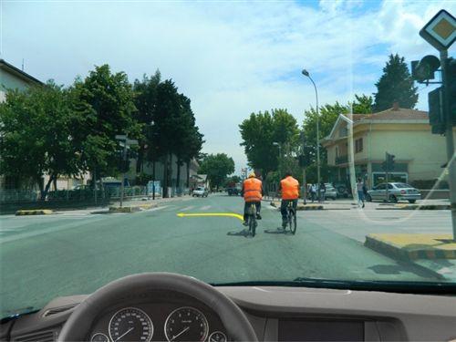 Sipas situatës së treguar në fotografi, kur njëri prej biçiklistëve e ka paraqitur qëllimin e tij për ndryshimin e drejtimit në të majt, Ju me veturen tuaj: