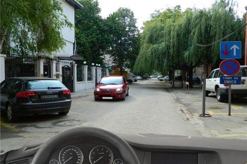 Разминувањето на возилата (како на сликата) е регулирано:
