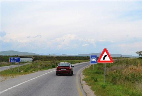 Sipas shenjave të komunikacionit të vendosura nga ana e djathtë e rrugës (si në fotografi), shoferi i veturës: