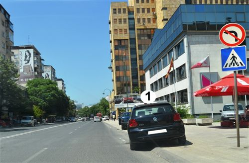 Sipas situatës së treguar në fotografi, shoferi i automjetit të shënuar me numër 1, në këtë pjesë të rrugës: