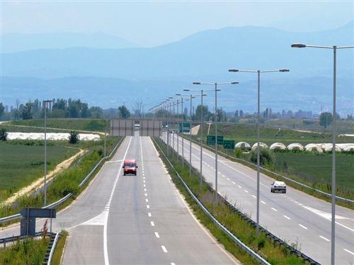 Shoferi i cili me automjetin motorik shkyçet nga komunikacioni në autostradë, është i obliguar: