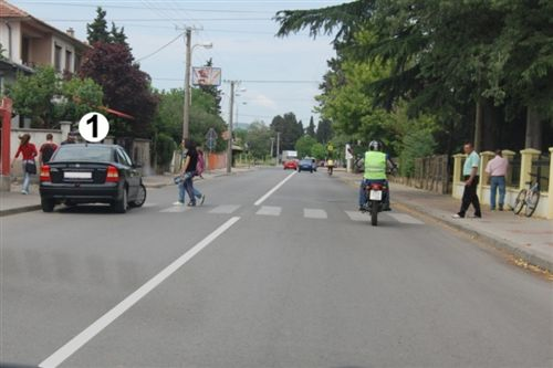 Në një pjesë të rrugës të dedikuar për komunikacion në dy kahe të treguar në fotografi, vetura e shënuar me numër 1 është ndalur: