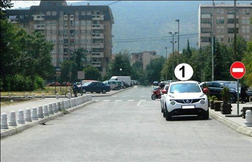 Në një pjesë të rrugës të treguar si në fotografi, automjeti i shënuar me numër 1: