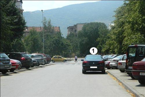 Në një pjesë të rrugës të dedikuar për komunikacion në dy kahe, vetura e shënuar me numër 1 (si në fotografi) është parkuar: