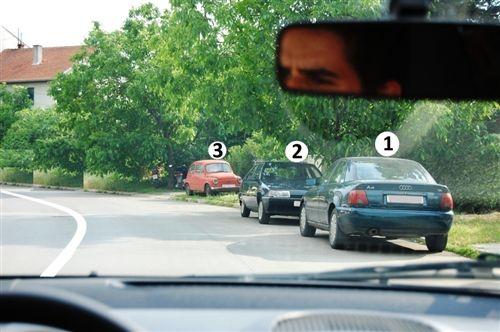 На дел од коловозот (прикажан на сликата), наменет за сообраќај во двете насоки, правилно е запрено односно паркирано возилото: