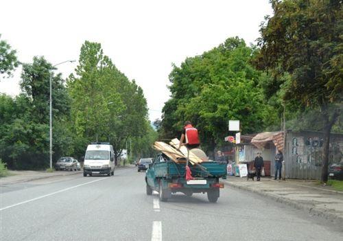 Sipas situatës së treguar në fotografi, personi që bartet në hapësirën e caktuar për vendosjen e barrës (ngarkesës) në automjet: