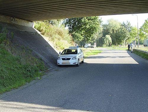 Shoferi i veturës, në një pjesë të rrugës nën urë, të treguar në fotografi: