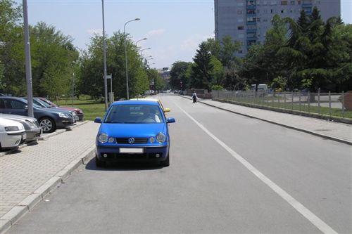 Shoferi nuk guxon të ndalet apo parkohet me automjetin, nëse gjerësia e kalimit të lirë prej automjetit deri te vija e plotë e rrugës është: