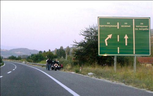 Sipas situatës së treguar në fotografi, shoferët e motoçikletave në mënyrë të patjetërsueshme janë ndalur në autostradë: