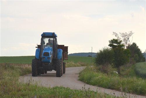 Në mjetin bashkëngjitës që e tërheq traktori, mund të transportohen: