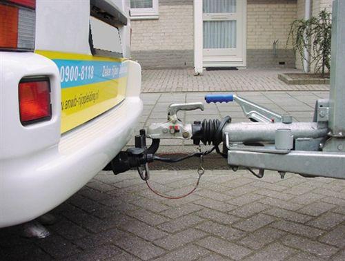 Pajisja për lidhjen e automjetit tërheqës dhe bashkëngjitës (të treguar në fotografi) te veturat, ka: