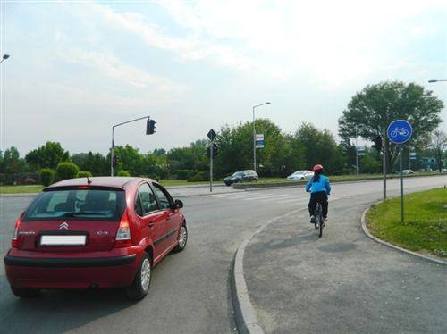 Biçiklisti, i paraqitur në fotografi, është i obliguar që të vazhdojë të lëvizë: