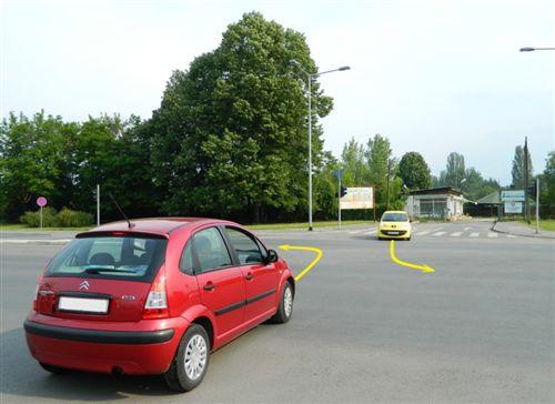 Shoferët e automjeteve, që vijnë nga kahjet e kundërta dhe kthejnë në të majtë (si në fotografi), përballkalimin do ta kryejnë: