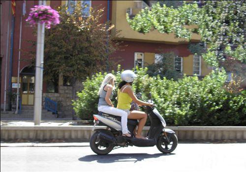 Shoferi dhe personi që vozitet me mopedin, të treguar në fotografinë, gjatë kohës së vozitjes: