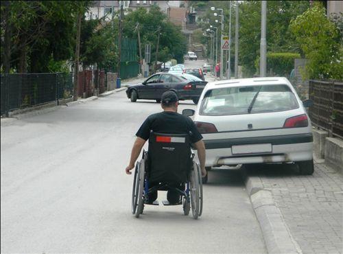Personi që lëvizë me ndihmën e karrocës lëvizëse, me shpejtësi jo më të madhe se ecja e këmbësorit, në raste të veçanta mund të lëvizë edhe nëpër: