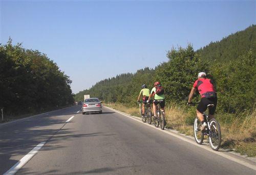 Në rrugë publike jashtë vendbanimeve (si në fotografi) biçiklistat lëvizin: