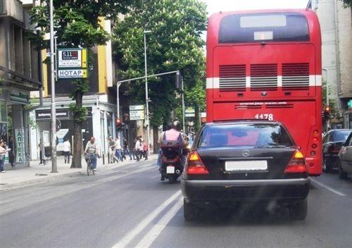 Shoferi i motoçikletës (si në fotografi), bën anashkalimin e automjeteve: