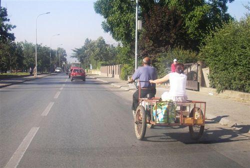 Në komunikacion në rrugë, në rimorkio që e tërheq biçikleta me motor (si në fotografinë):