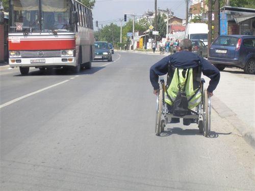 Лицето кое се движи со помош на подвижен стол за немоќни лица (како на сликата), треба да се движи: