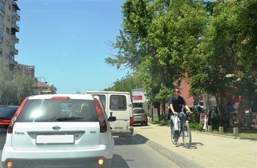 Sipas situatës së treguar në fotografi, biçiklisti: