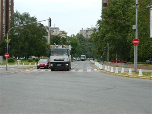 Për automjetet që lëvizin kah shenja e komunikacionit të treguar në fotografi, komunikacioni është: